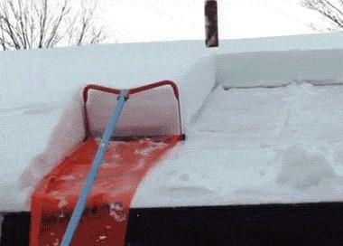Эффективный девайс для уборки снега с крыши