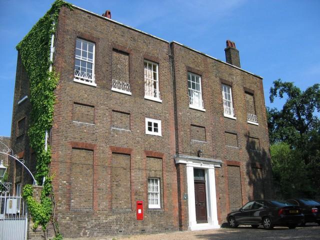 Почему в Англии в зданиях окна заложены кирпичом