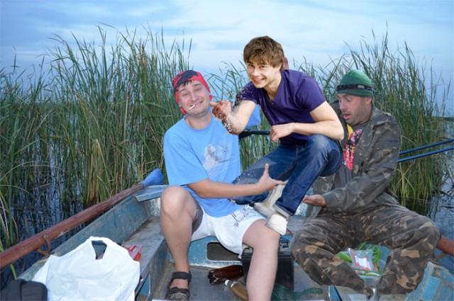 а рыбник рыбака узнает издалека текст