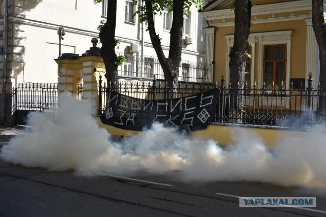 В Москве радикалы из «Ассоциации народного сопротивления» забросали дымовыми шашками резиденцию патриарха Кирилла