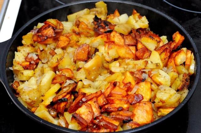 Как пожарить картошку на сковороде с грибами и мясом