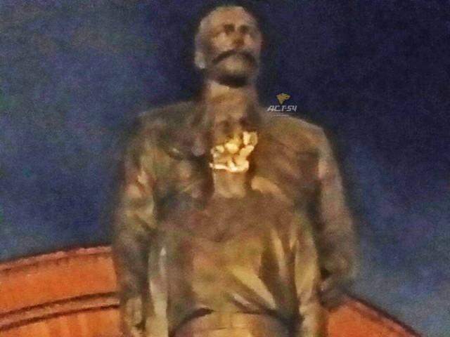Новосибирец попытался топором разбить памятник Николаю II