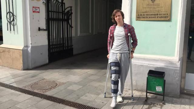 Дизайнера Коновалова, которому силовики сломали ногу перед акцией 27 июля, оштрафовали
