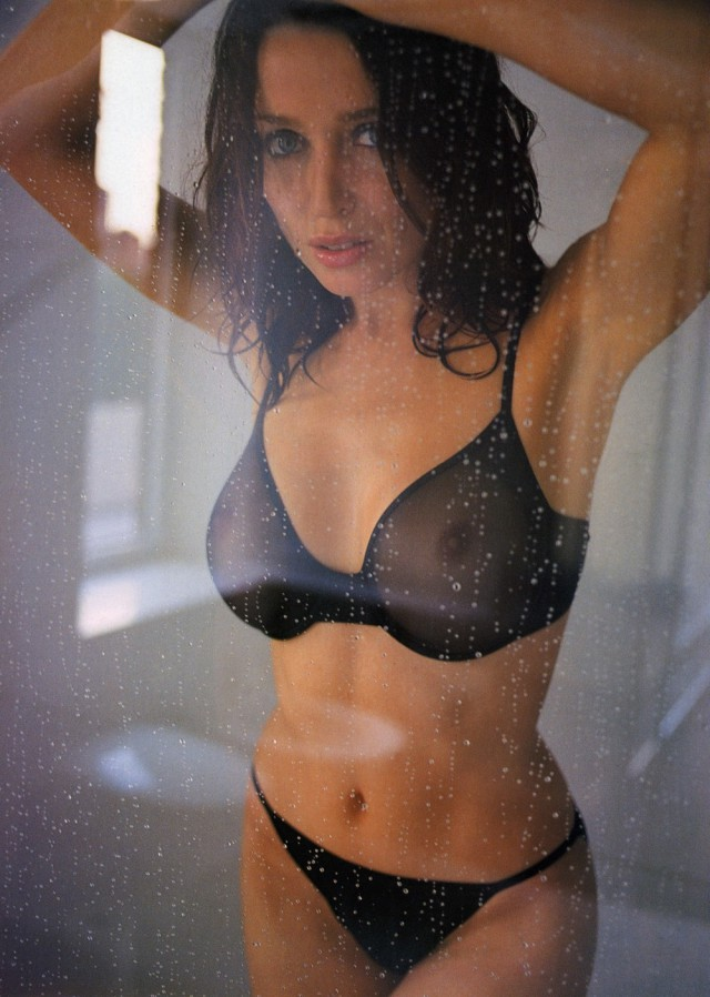 Девушки в мокрой и просвечивающейся одежде