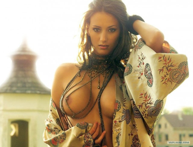 Аппетитная обнаженная грудь в бусах, красивая девушка с голыми сиськами, мн