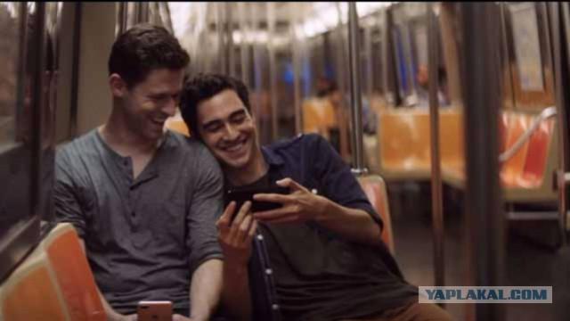 Apple прорекламировала новый iPhone с помощью счастливых геев...