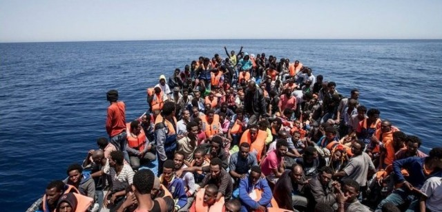 Италия отказалась впускать в свой порт судно с сотнями мигрантов