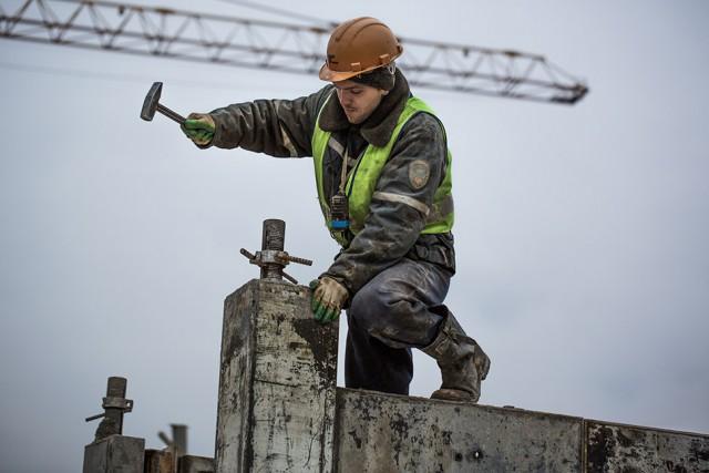 Хватит раздеваться: каким должен быть правильный календарь с брутальными строителями