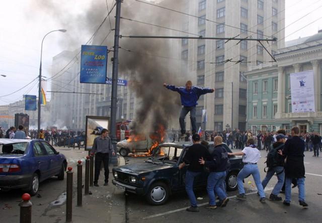 Погромы в центре Москвы во время ЧМ-2002. Почему жгли машины и били милицию?