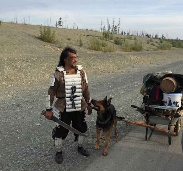Якутский путешественник с большим ножом пешком идёт до Москвы