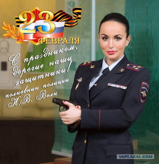 Она оружие первый раз в руках держит?