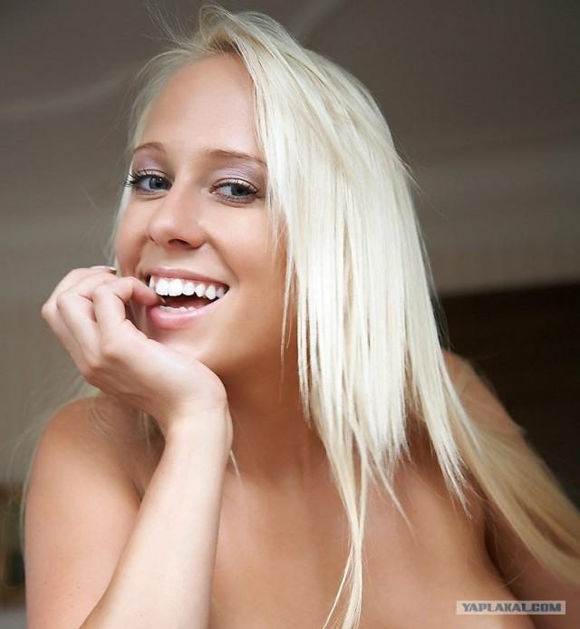 """Веселая блондинка с буквой """"v"""""""