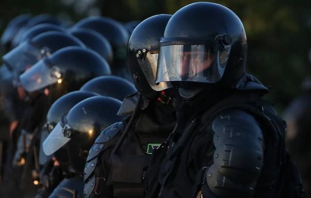 В центре Минска силовики опустили щиты в знак солидарности с манифестантами