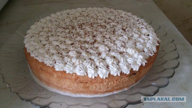 Украшение торта взбитыми сливками из баллончика