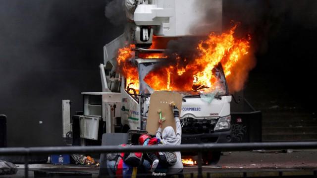 Огни Каракаса: в Венесуэле оппозиция забрасывает полицию «коктейлями Молотова»