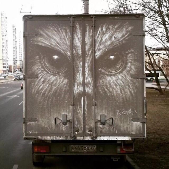 Столичный художник рисует картины на кузовах грязных грузовиков