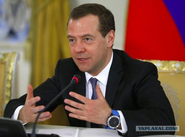 На Дмитрии Медведеве заметили новые «умные» часы для капитанов и любителей рыбалки