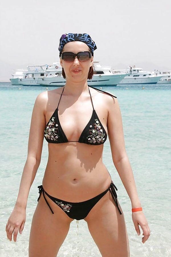 sisyastoy-bryunetki-pisaet-v-bikini-foto-spyashie-trahayu