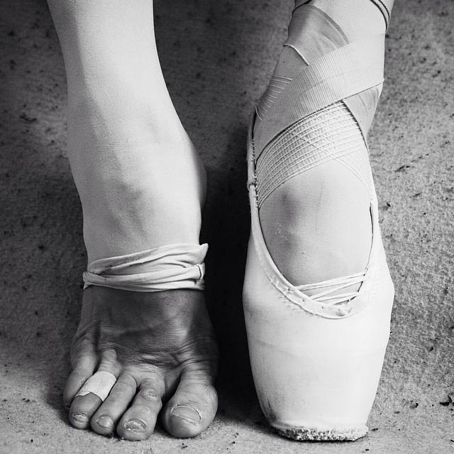 Ножки в белых носках дрочит