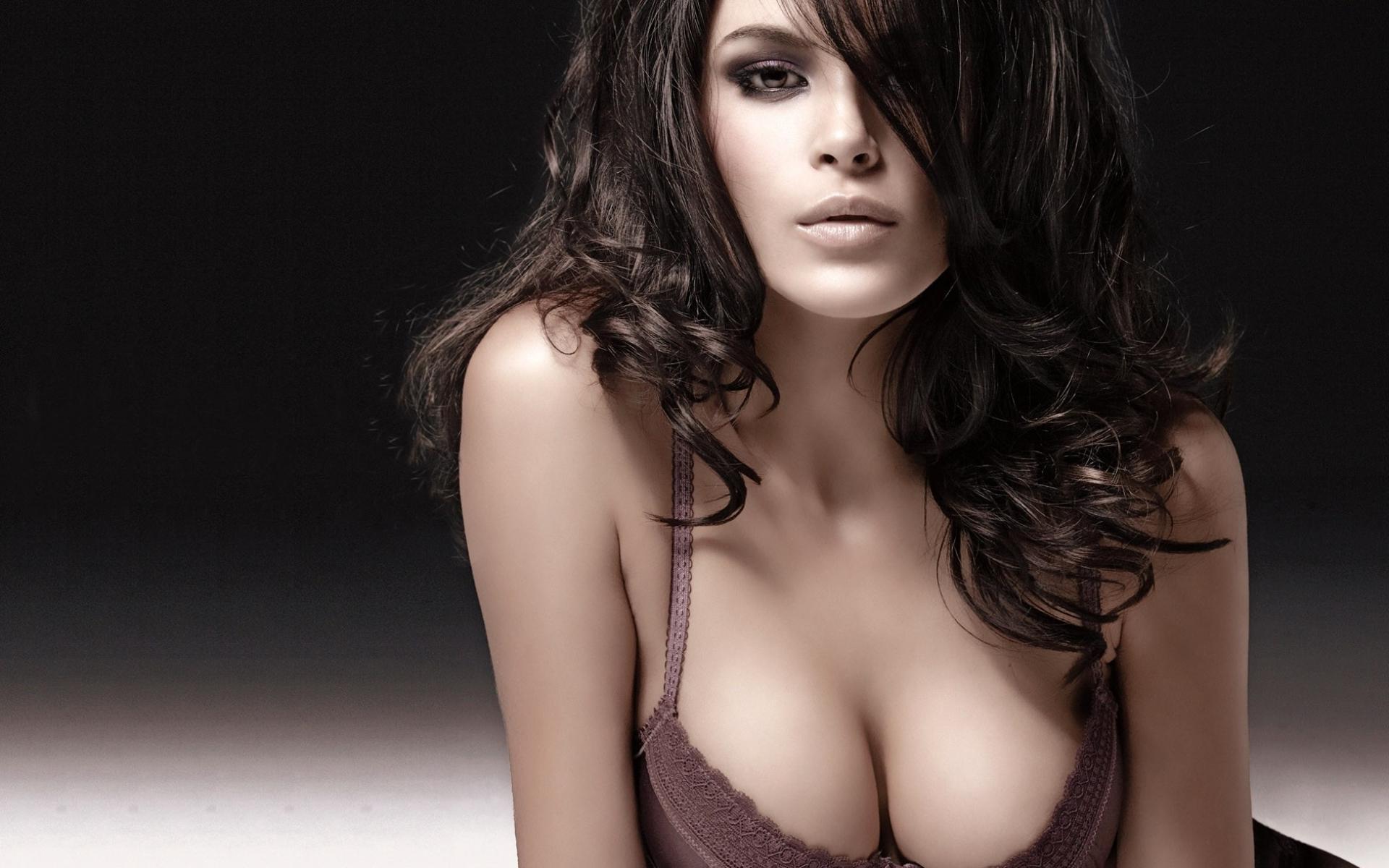 красивая грудь фотомодели