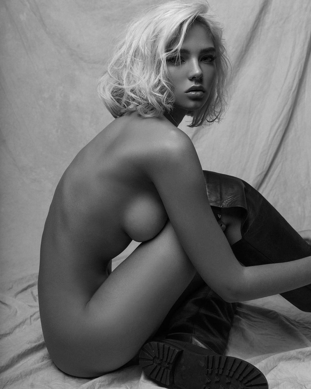 Новые фото голых девушек от известных фотографов, секс видео ебет куклу