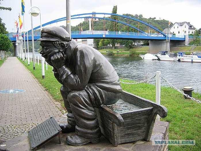 Скульптура писающий мальчик на фоне больших сисек фото 203-364