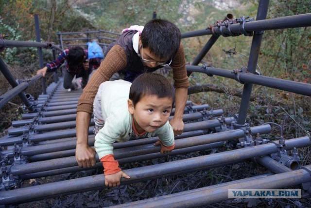 Власти построили металлическую лестницу для школьников, рисковавших жизнью каждый день, добираясь до школы