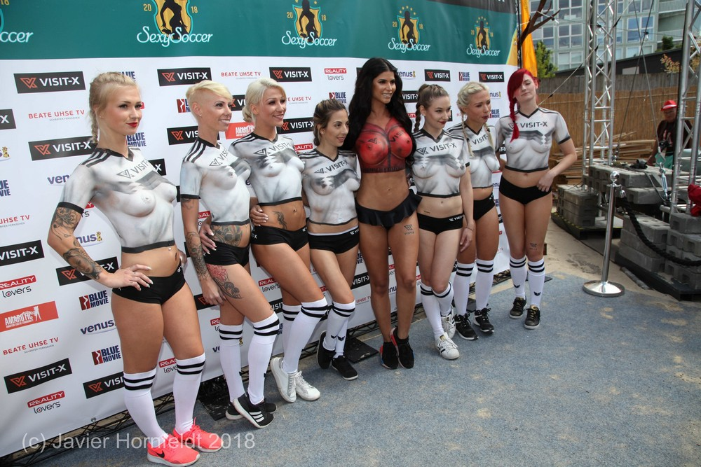 В берлине состоялся матч между порноактрисами