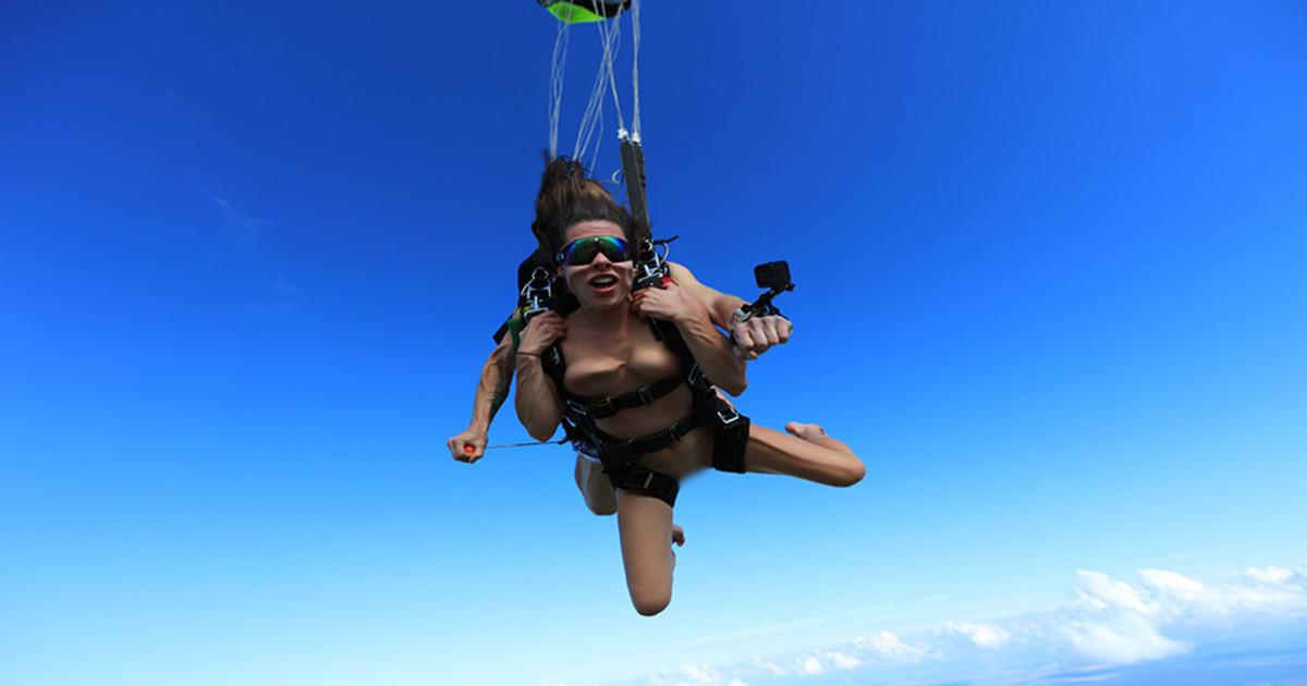голая порно актриса прыгает с парашютом