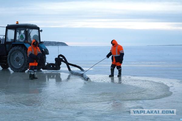 Как заливают ледовую переправу