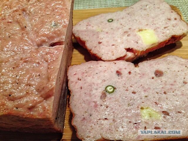 Вкусовых качеств не меняет, она предотвращает развитие бактерий ботулизма и делает мясо в колбасе натурально красным а значит более аппетитным.