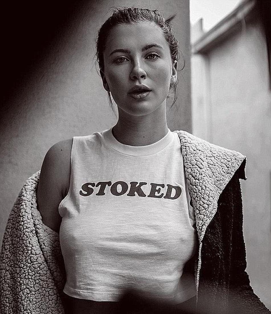 foto-stoyachie-soski-pod-odezhdoy-devushki-podsmatrivayut-za-parnyami-porno