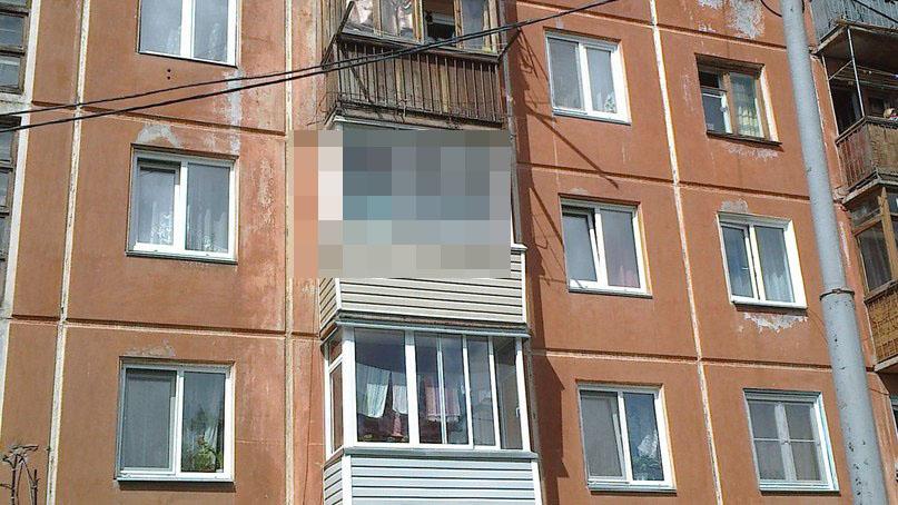 Шел по улице, глянул на балкон... что-то не так! - Яплакалъ.