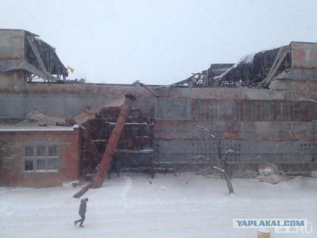 В Екатеринбурге из-за снега обрушилась крыша оборонного завода