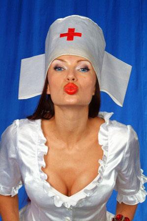 Медсестры в белых халатах дрочат мужикам