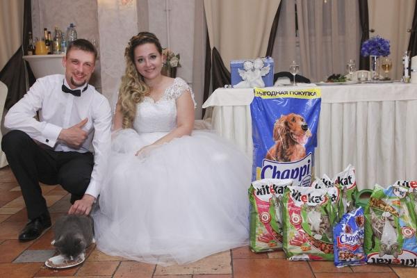 На свадьбу вместо цветов дарили корм