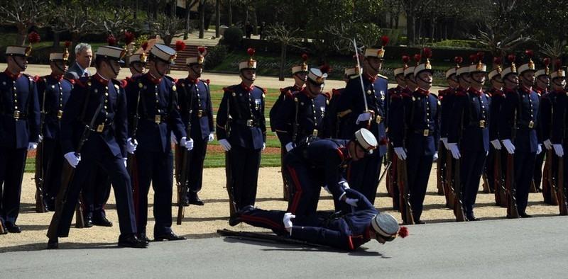 Член стоял а потом упал