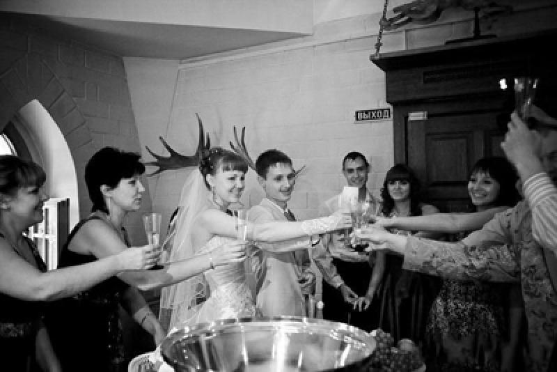 Напились и трахнули невесту со свидетельницей видео фото 277-491