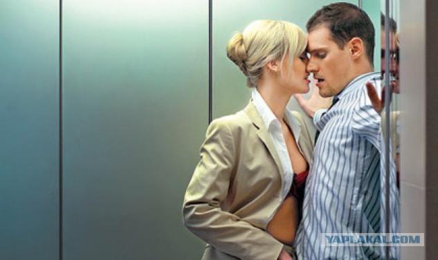 с телкой в лифте жадно смотрел