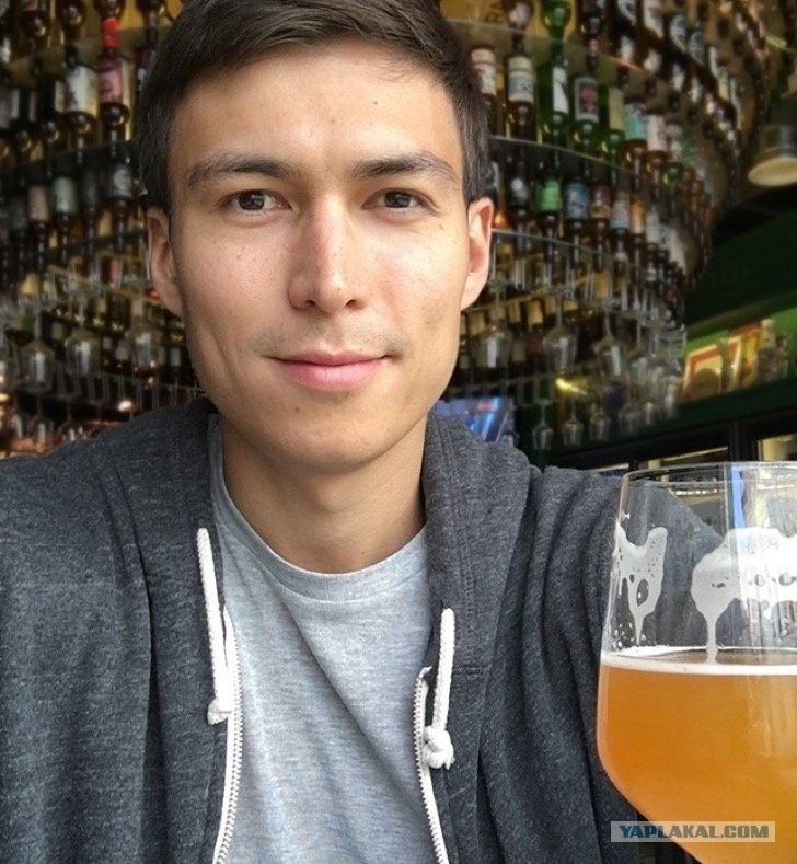 Парень употребляет много пива