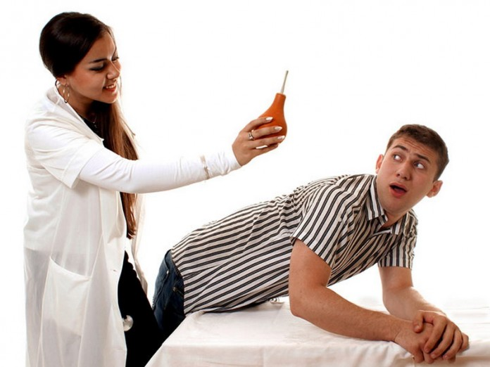 Медсестра ставит девушке клистир