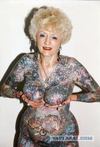 Бабка вся в татуировках