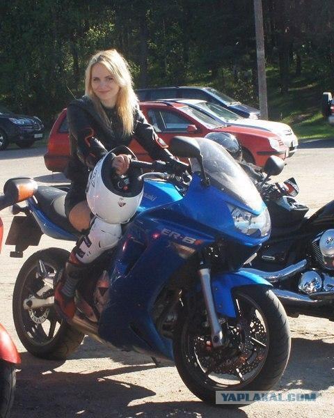 Голая девушка показывает себя на мотоцикле 119