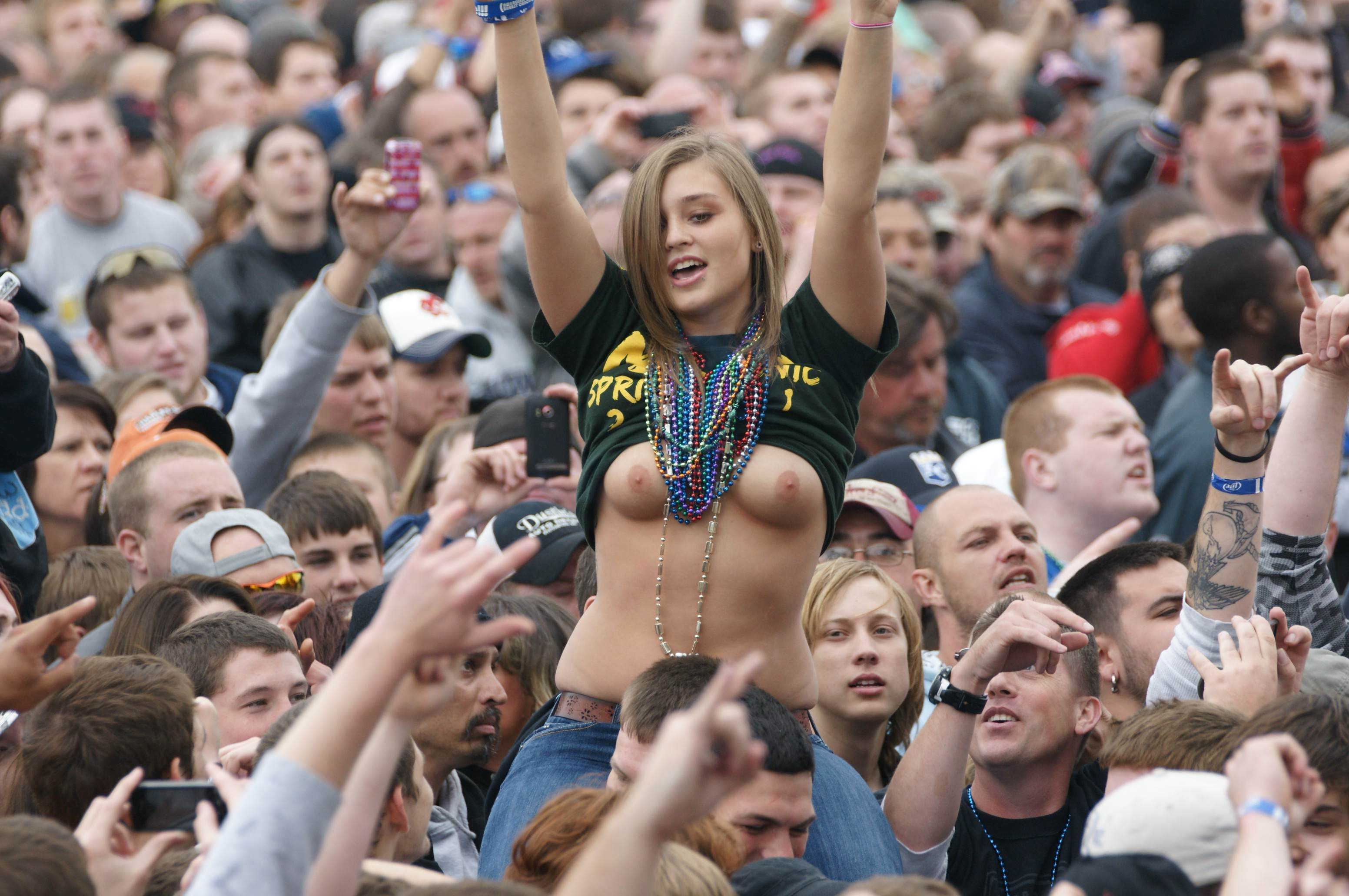 into-pussy-nudegirls-in-crowd-girls