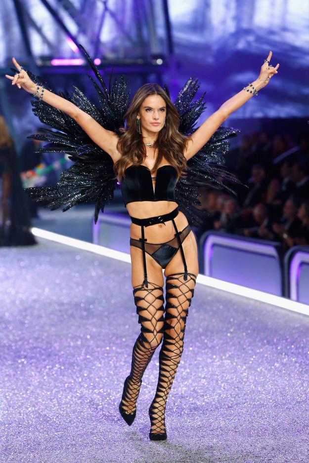 Яркие образы с показа нижнего белья Victoria's Secret 2016 в Париже