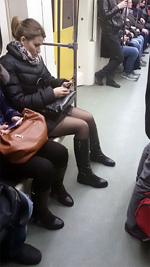 Пацаны дрочат на телок в метро — pic 7