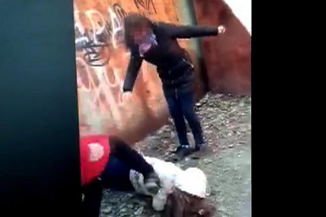 персонажи девка бьет пацана ногами видео речь