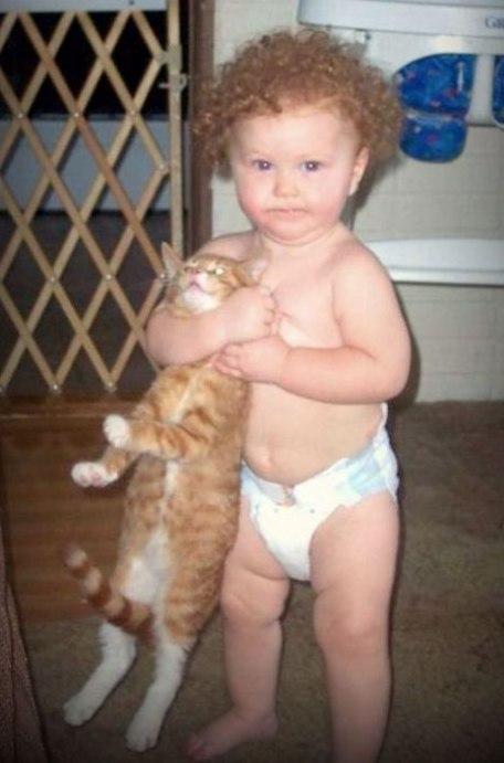 Мучает кота ребенок