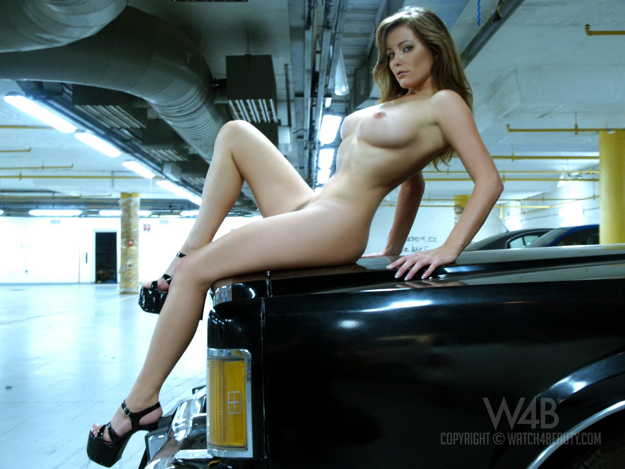 Голая сидит в автомобиле фото 138-341