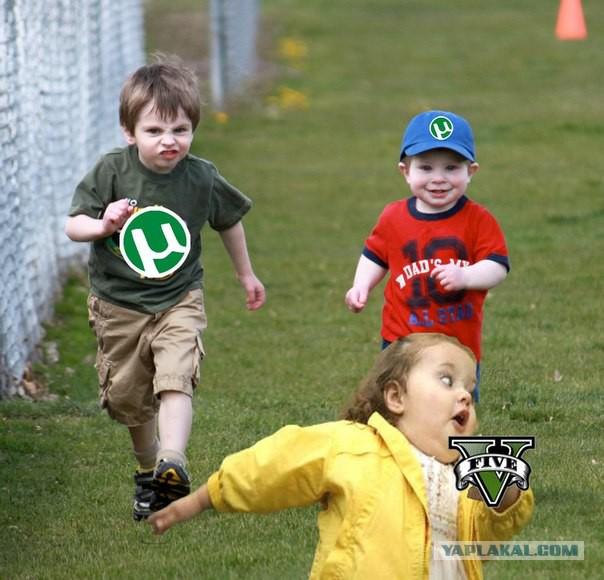 Картинка девочка убегает со сникерсом